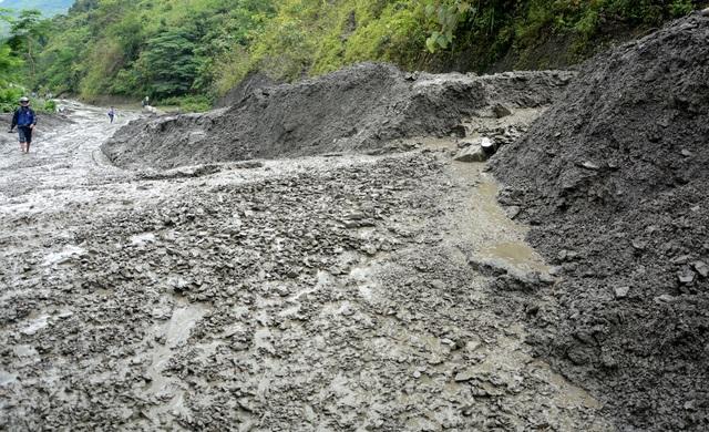 Bùn đất dày hơn 1m, nguy cơ tê liệt quốc lộ nối Lai Châu - Điện Biên - 2