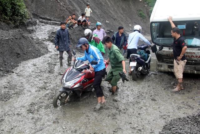 Bùn lầy do sạt lở gây ách tắc giao thông. Ảnh: Văn Dũng - TTXVN