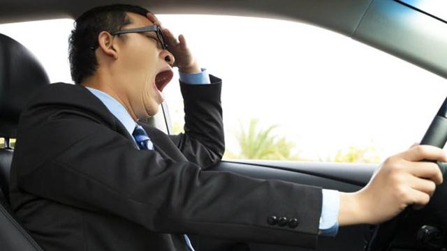 Giống như việc sử dụng chất có cồn khi tham gia giao thông, lái xe trong tình trạng thiếu ngủ có thể gây mất tập trung, giảm khả năng điều khiển phương tiện và tốc độ phản ứng của người lái xe.