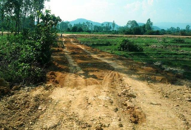 Con đường mới được hình thành chuẩn bị cho việc khai thác đất tại núi Một