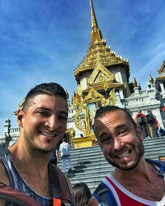 Hai vị khách người Mỹ chụp hình trước một đền thờ ở Thái Lan