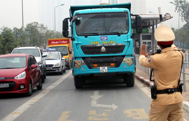 Một xe tải đi vào làn buýt nhanh bị CSGT xử lý sáng 15/2.