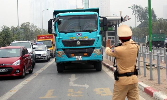 Một xe tải chiếm hết làn buýt nhanh.