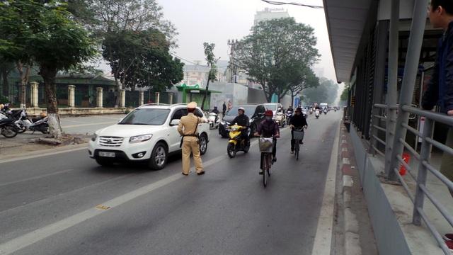 Hà Nội ra quân xử phạt ô tô, xe máy lấn làn buýt nhanh - 8