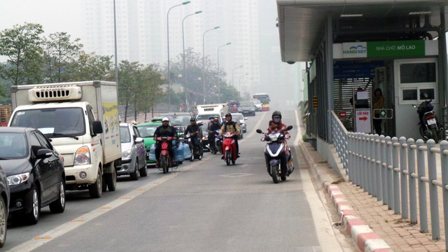 Đường thông thoáng, nhiều xe máy vẫn lạc vào làn buýt nhanh.