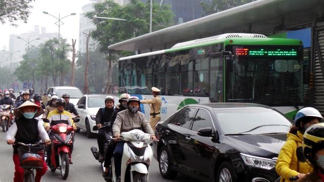Sáng 15/2, hàng loạt ô tô, xe máy bị kiểm tra, xử lý vì đi vào làn BRT.