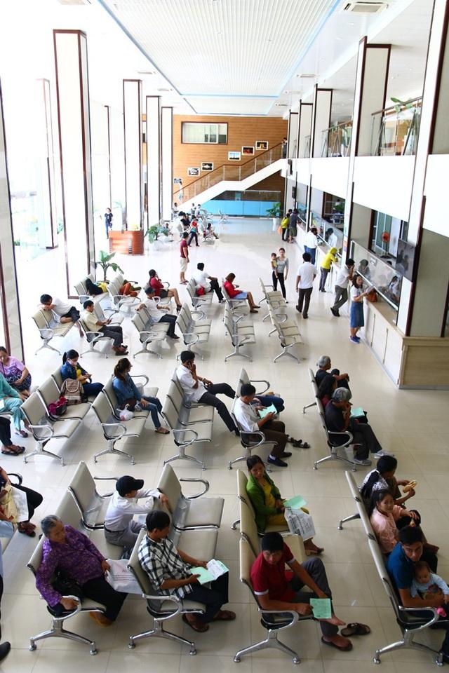 Bệnh nhân ngôi chờ the o thứ tự tại Bệnh viện Quốc tế Trung ương Huế