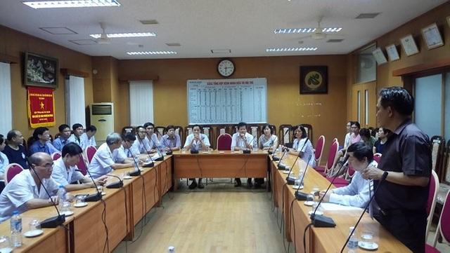 Ông Lê Xuân Hoàng (đứng) tại buổi họp đình chỉ tiếp ông Dương 15 ngày