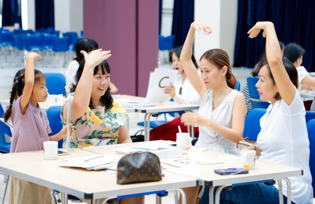 """Phụ huynh trong một buổi học """"Ngữ âm"""" cùng các em tại trường BVIS."""