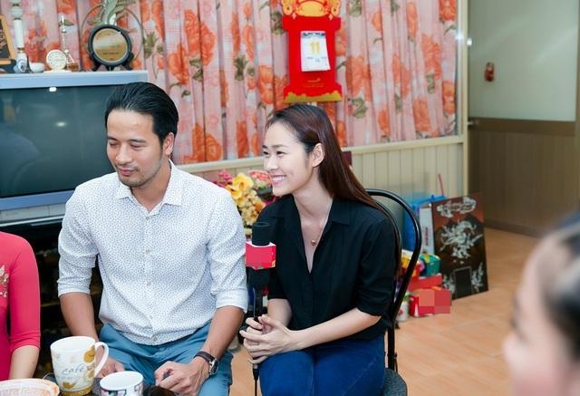 Tại nhà riêng nghệ sĩ ưu tú Mạnh Dung, Diệp Bảo Ngọc (bên phải) bày tỏ sự ngưỡng mộ trước hạnh phúc 50 năm bền chặt của bậc tiền bối.