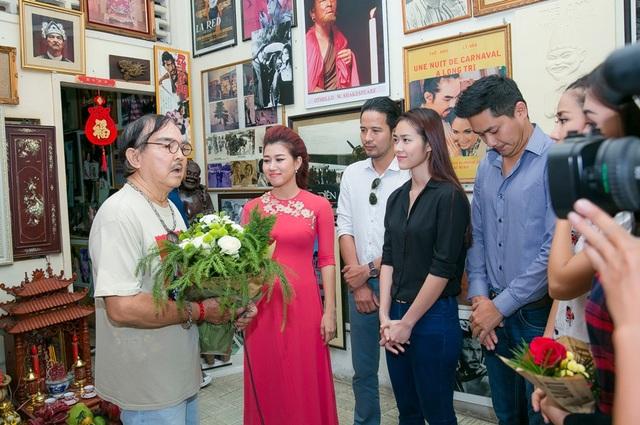 Sau khi đến thăm nhà nghệ sĩ ưu tú Mạnh Dung, và Thanh Dậu, dàn sao tiếp tục đến tổ ấm nghệ sĩ nhân dân Thế Anh.
