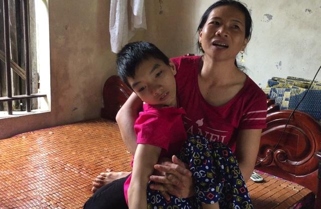 Chị Lê Thị Đào bế con bị tật nguyền là cháu Hồ Thị Định. Chị Đào cho biết, con mình bị dị tật bẩm sinh từ nhỏ, nhưng được hưởng chế độ bình thường.