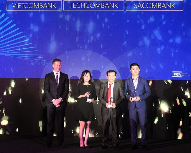 Anh Đặng Công Hoàn, thứ 2 từ phải sang, đại diện Techcombank nhận giải