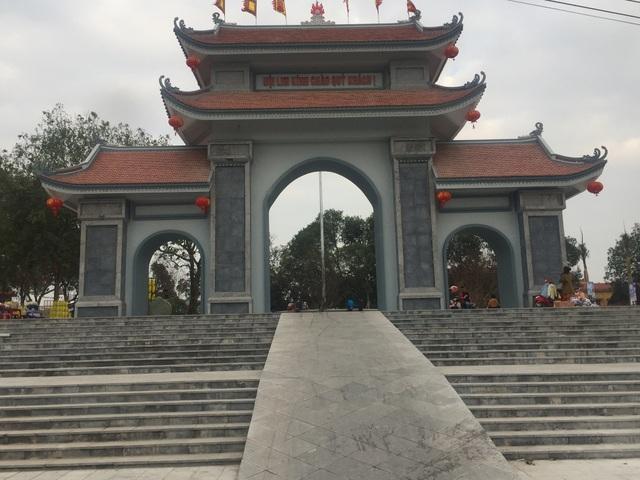 Cổng vào trung tâm đồi Lim.