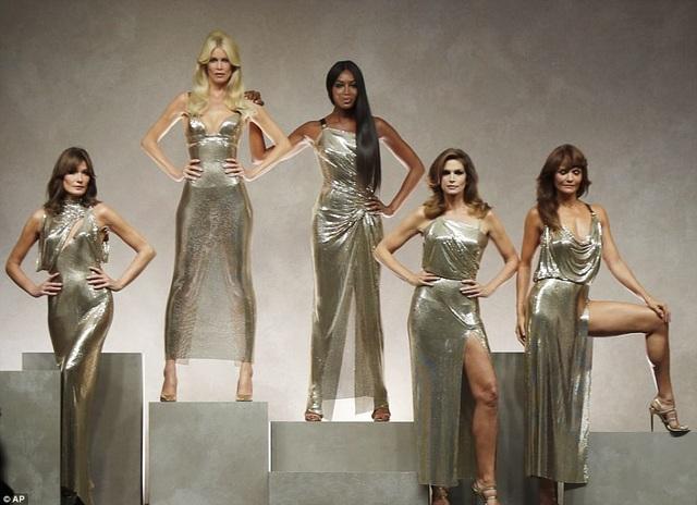Claudia Schiffer, 47 tuổi, Naomi Campbell, 47 tuổi, Helen Christensen, 48 tuổi, Carla Bruni, 49 tuổi và Cindy Crawford, 51 tuổi tái xuất trên sàn diễn của Versace tại Milan Fashion Week ngày 22/9 vừa qua
