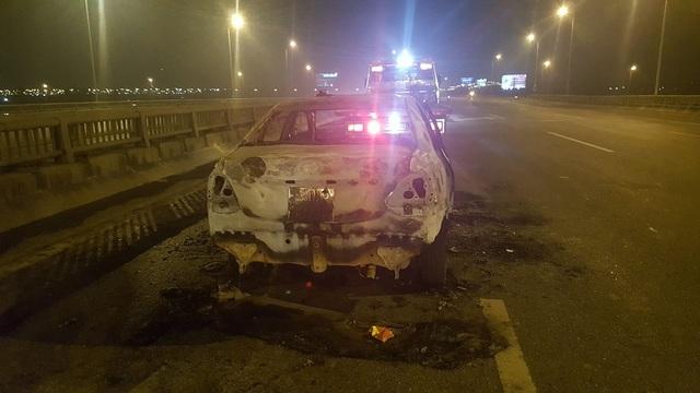 Ô tô bốc cháy ngùn ngụt trên cầu Thanh Trì - 2