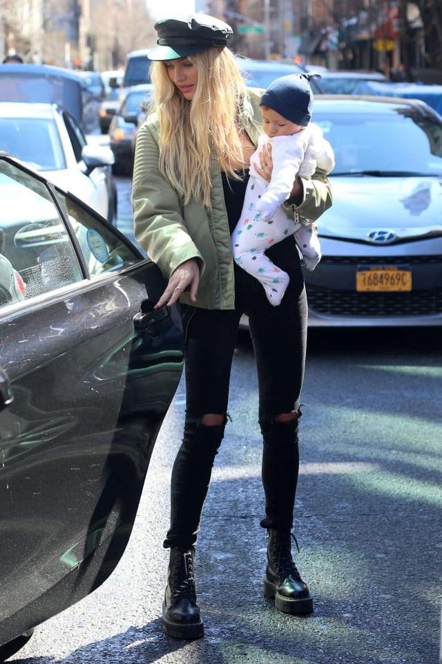 Người đẹp cao 1,76m này hẹn hò với người mẫu nam Hermann Nicoli, từ khi mới 17 tuổi. Cặp đôi đính hôn vào tháng 8/2015 và tới tháng 10/2016, siêu mẫu sinh con trai đầu lòng Anacã. Cô nhanh chóng lấy lại vóc dáng và quay lại với công việc của mình từ cách đây 2 tháng