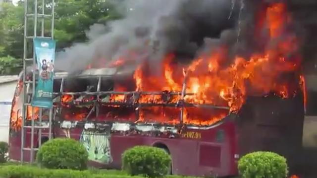 Ngọn lửa lớn bao trùm toàn bộ chiếc xe.