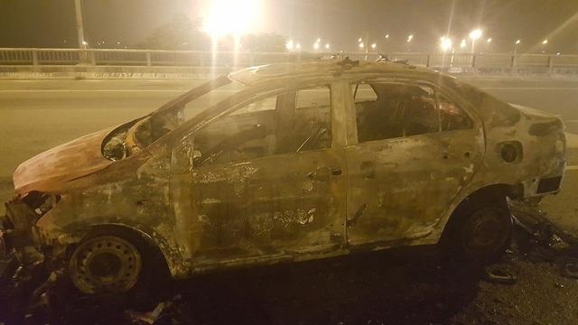 Chiếc xe chỉ còn trơ khung sắt sau vụ cháy