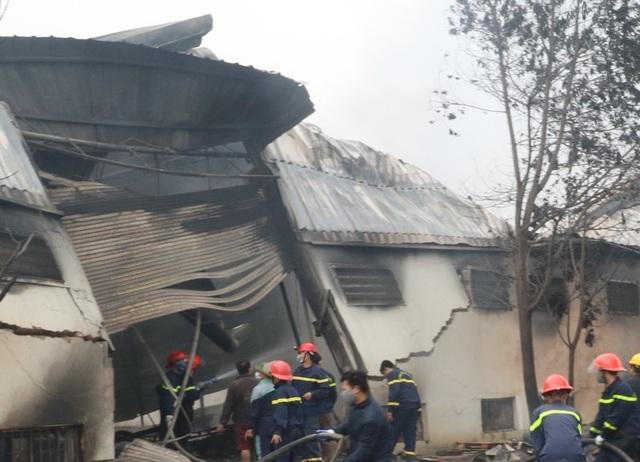 Việc tiếp cận phía trong hiện trường vụ cháy gặp nhiều khó khăn
