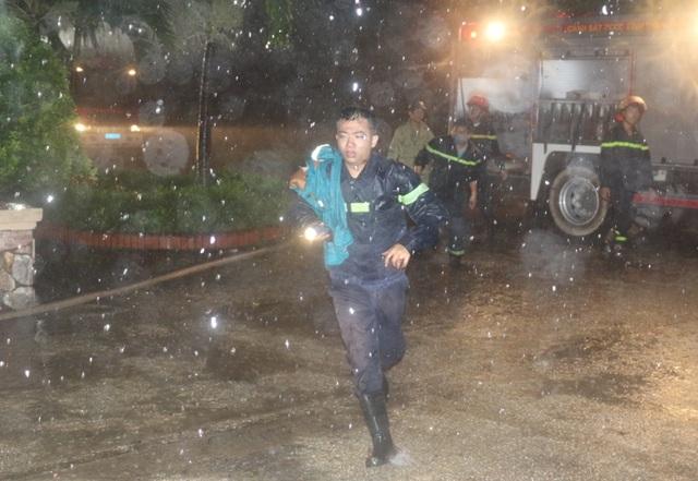Các chiến sĩ Cảnh sát PCCC tích cực tham gia cứu nạn cứu hộ