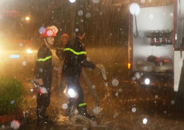 Cảnh sát PCCC vừa chữa cháy vừa giải cứu các nạn nhân mắc kẹt