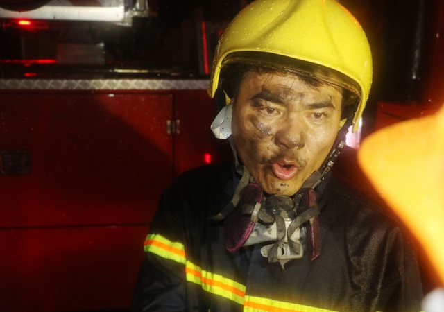 Khói và khí độc nhiều khiến công tác cứu hộ gặp khó khăn