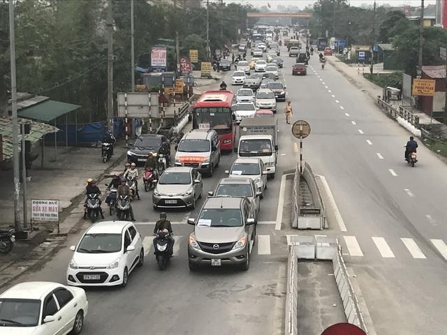 Dãy xe nối dài hai đầu cầu khiến cho giao thông ách tắc.