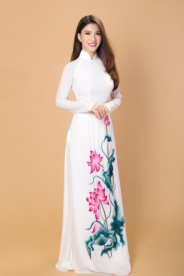 Những thiết kế áo dài của NTK Đặng Trọng Minh Châu tuy đơn giản nhưng lại vô cùng tinh tế với những chi tiết thêu tay tỷ mỷ và đính kết khéo léo tạo nên tà áo dài mềm mại, duyên dáng nhưng không kém phần sang trọng.