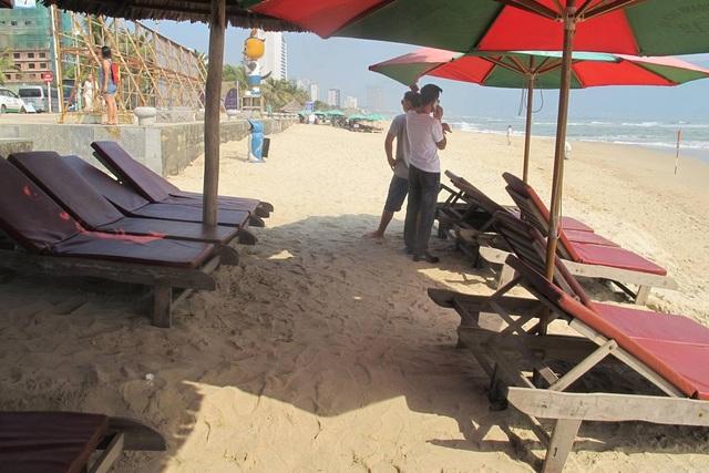 Các hộ kinh doanh du lịch phải chuyển đồ sát gần bờ