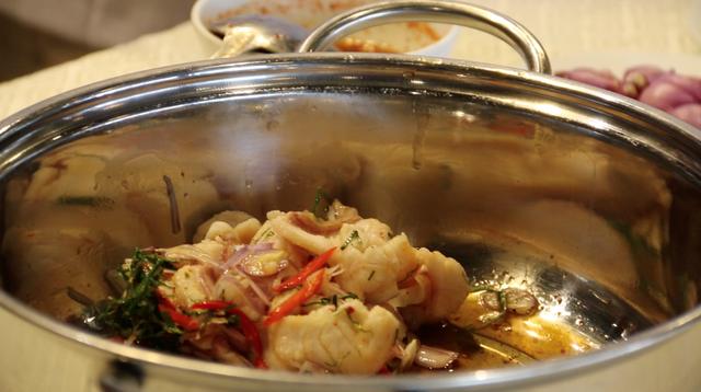 Cá trộn là món ăn hấp dẫn với sự hòa quyện của nhiều gia vị.