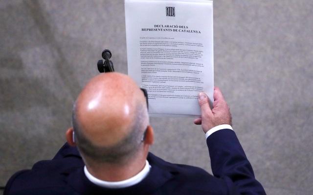 Văn kiện được đọc tại nghị viện Catalonia (Ảnh: AFP)