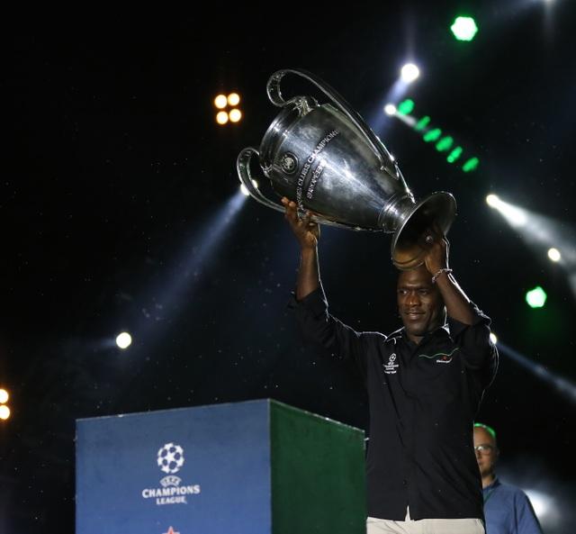 Clarence Seedorf giơ cao cúp vô địch UEFA cùng fan Việt - 1
