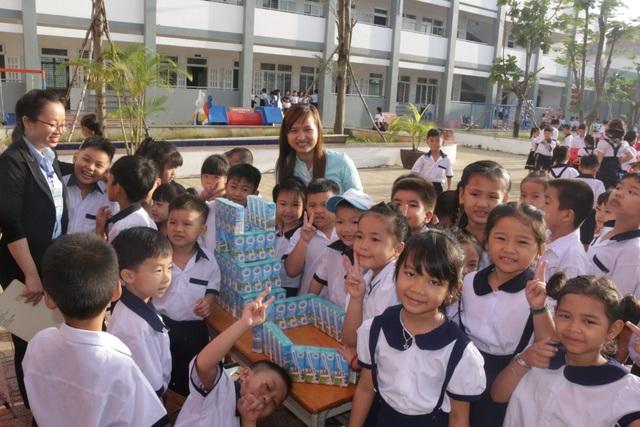 Các bé thích thú xếp nhà bằng sữa và tham gia giải đố có thưởng