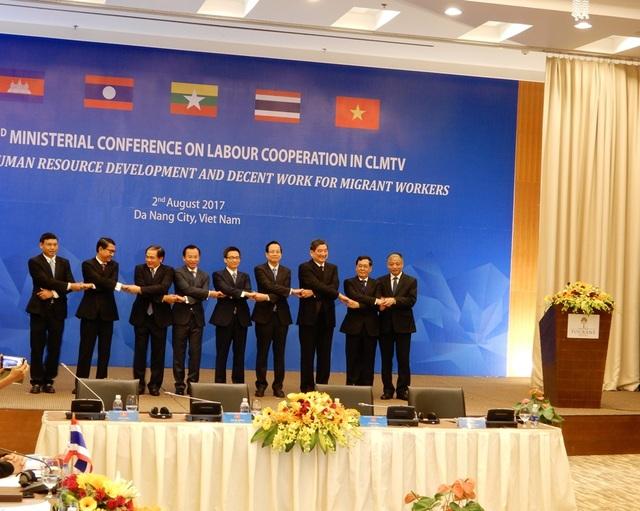 Phó Thủ tướng Vũ Đức Đam chụp ảnh lưu niệm cùng các đại biểu tham dự hội nghị