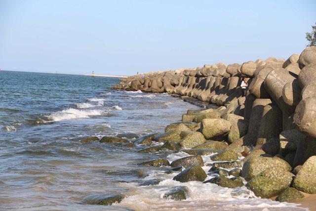 Những tảng bê tông lớn chắn sóng ở biển Hải Dương