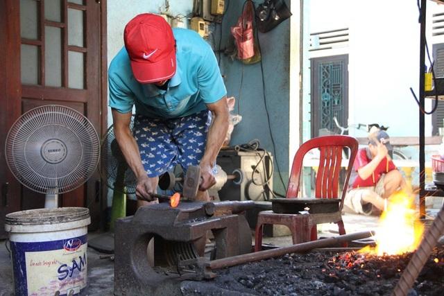 Tại phố cổ Bao Vinh còn tồn tại nhiều làng nghề nổi tiếng như rèn, chạm