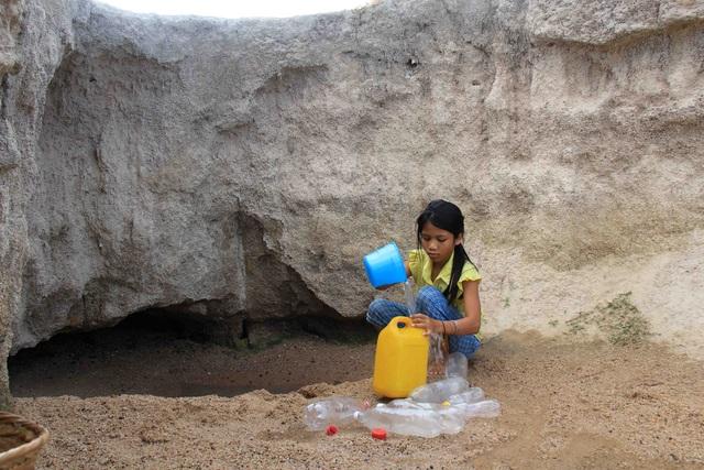 """Người dân """"khát"""" bên những công trình nước sạch bị bỏ hoang"""
