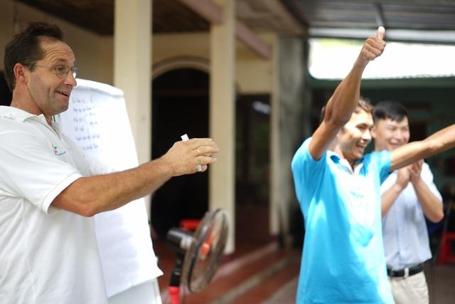 Các nông dân Việt Nam hào hứng tham gia tập huấn tại trại bò tiêu biểu ở khu vực Bình Dương
