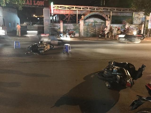 Xe máy của nạn nhân nằm la liệt giữa đường