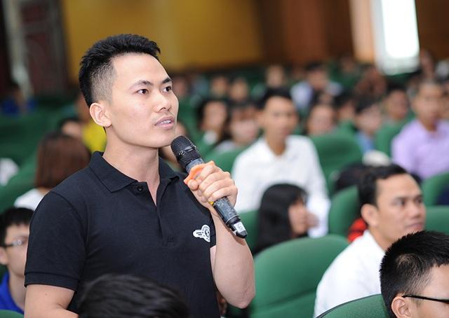 """Bạn Trinh, cựu ĐH Xây dựng hỏi: """"Nhiều công nghệ nổi tiếng như Google đều trải qua giai đoạn """"lò ấp"""" trong các trường đại học, ông Thành có thể chia sẻ về điều này được không?""""."""