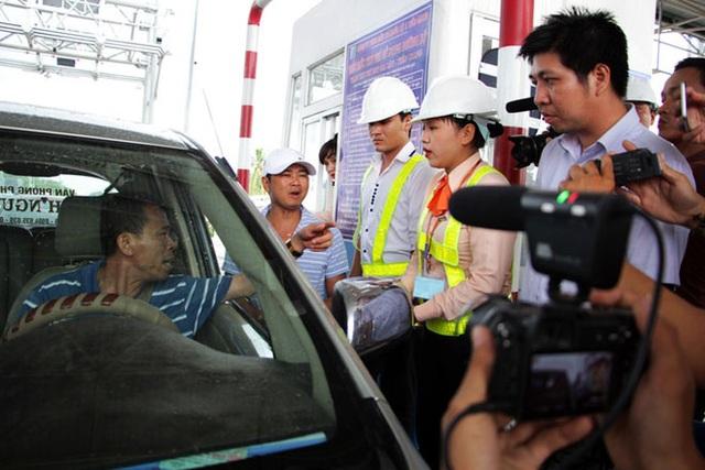 Xung đột lên cao khi người dân phản đối chủ đầu tư BOT tại trạm thu phí Cai Lậy, Tiền Giang trả tiền lẻ, để tiền trong chai nhựa (ảnh minh hoạ)