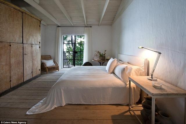 Nhà thiết kế người Mỹ Calvin Klein sở hữu siêu biệt thự với 5 phòng ngủ, khu vườn rộng, 2 gara, 2 phòng tắm lớn... ở Miami. Mới đây ông đã rao bán ngôi nhà này với giá 13,15 triệu đô la
