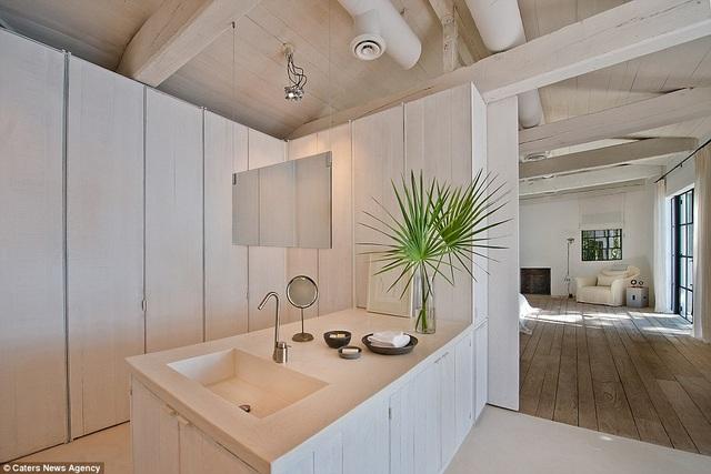 Axel Vervoordt là người thiết kế nội thất cho ngôi nhà này. Toàn bộ nội thất được gia chủ để lại cho khách mua
