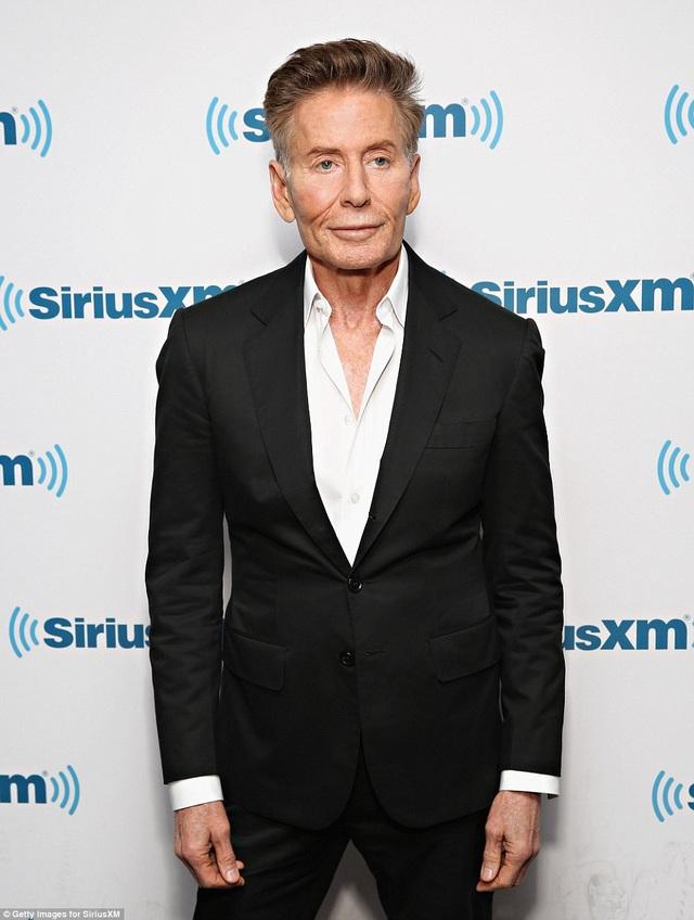 Calvin Klein năm nay 75 tuổi là biểu tượng của làng thời trang Mỹ. Ông từng giành nhiều giải thưởng do hiệp hội thời trang Mỹ trao tặng và còn lọt Top những người đàn ông mặc đẹp nhất thế giới