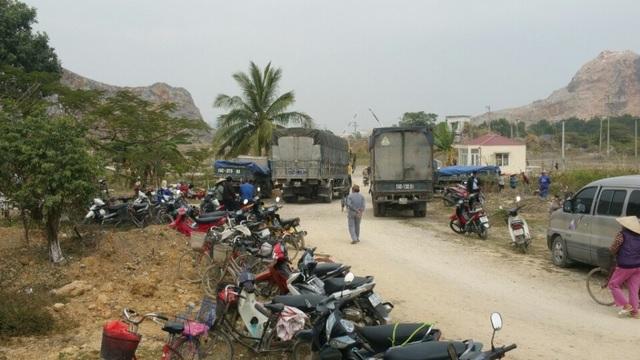 Hàng trăm phương tiện vẫn để la liệt phía ngoài hàng rào đá
