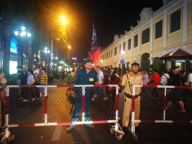 Tại TPHCM, ngay từ chập chiều, đã thực hiện cấm tất cả phương tiện giao thông di chuyển vào phố đi bộ và những khu trung tâm, nơi sẽ diễn ra các chương trình ca nhạc, trình diễn Ánh sáng nghê thuật và Bắn pháo hoa...