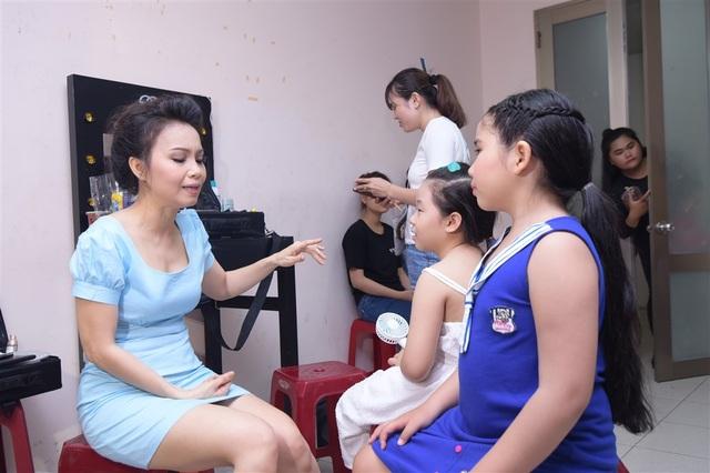 Cẩm Ly hết lòng hướng dẫn các học trò của mình.