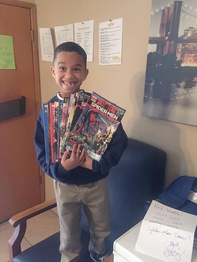 Cậu bé trong ảnh là một fan bự của bộ truyện tranh Người nhện. Sau khi bị tai nạn xe hơi và phải nằm viện một thời gian, Brian Michael Bendis - tác giả bộ truyện đã tặng cậu một món quà bất ngờ. Và như chúng ta có thể thấy, đây có lẽ là liều thuốc tốt nhất với cậu bé lúc này.