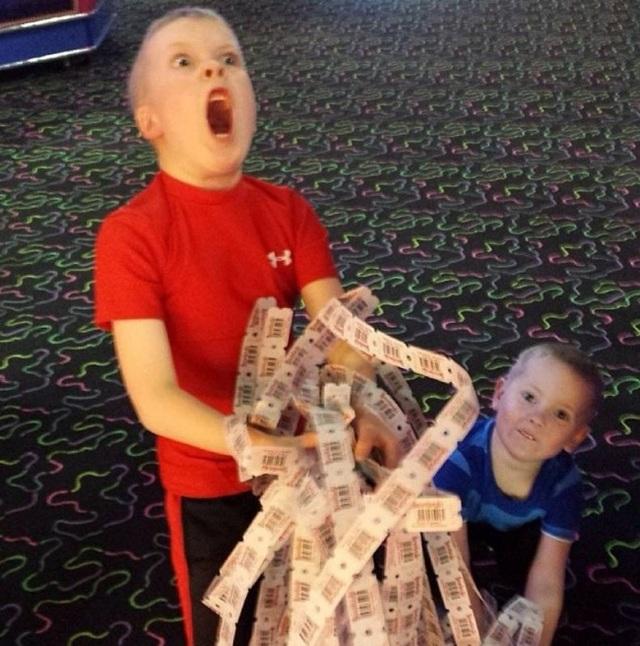 Cảm xúc thăng hoa của cậu bé trúng giải đặc biệt tại trung tâm trò chơi.